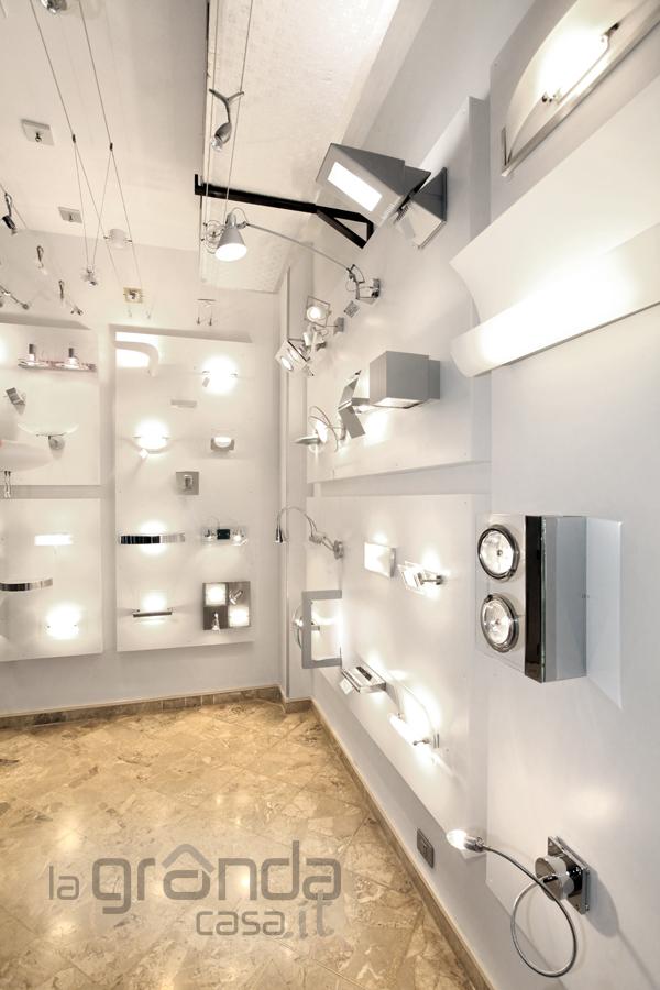 Soffitto A Volta Catalana: Dettaglio lampade uitlizzate. Teti di Artemide a parete Miconos.