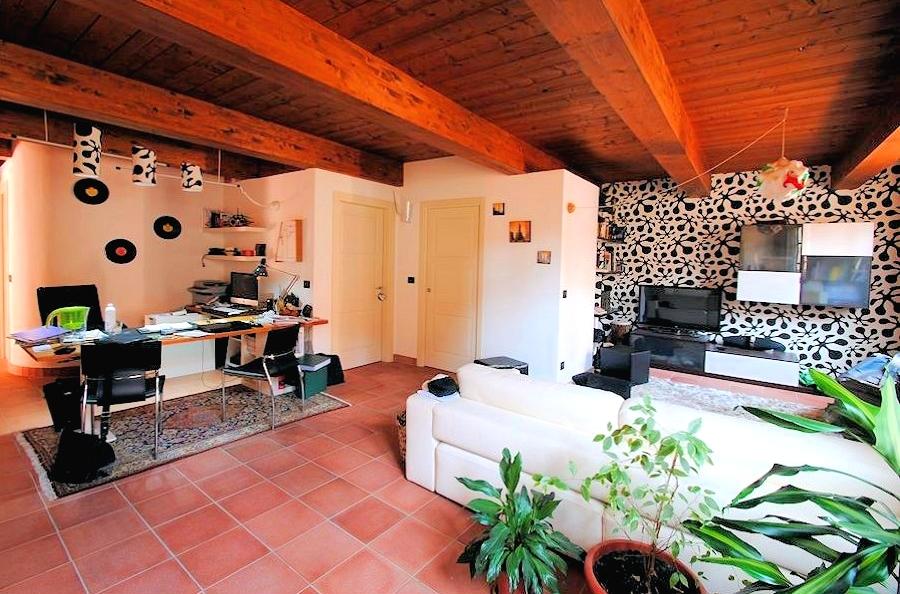 Vivere in affitto consigli per arredare casa la casa ecologica - Colore divano pavimento cotto ...